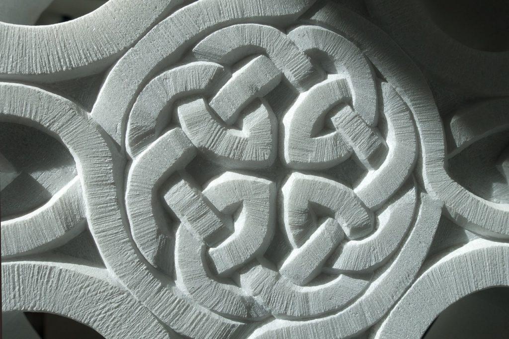 大理石に刻まれたケルティック・ノット
