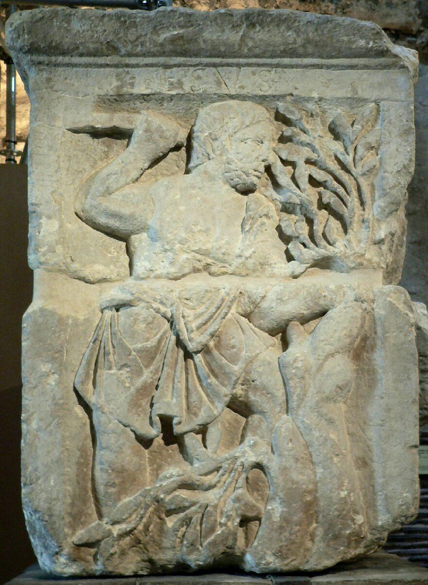 ボートマンの柱に彫られたエスス