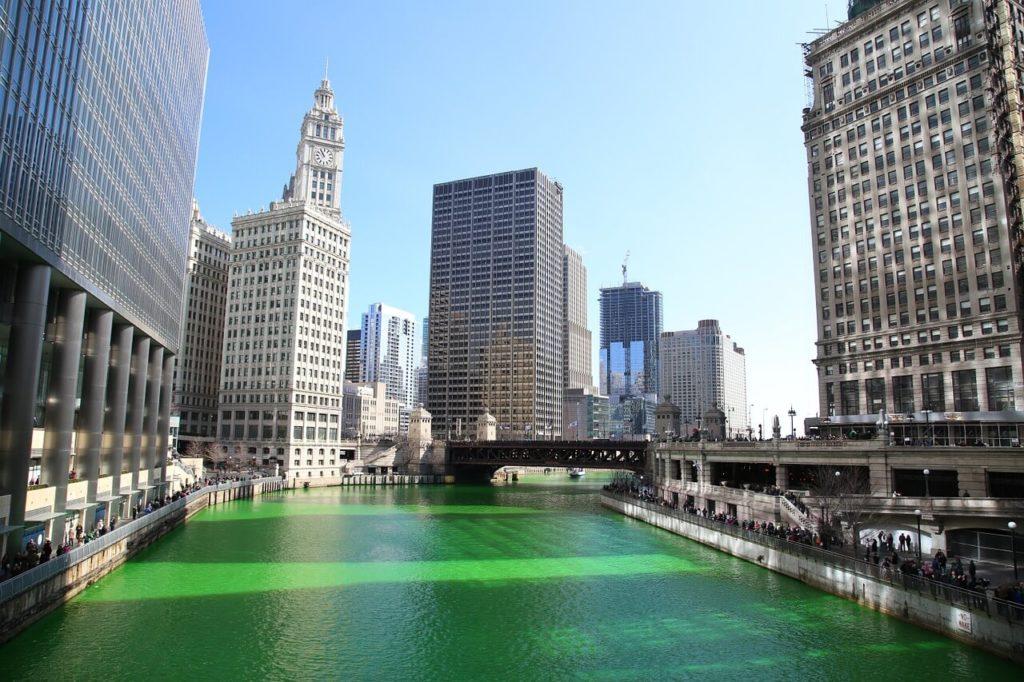 緑に染められたシカゴの川